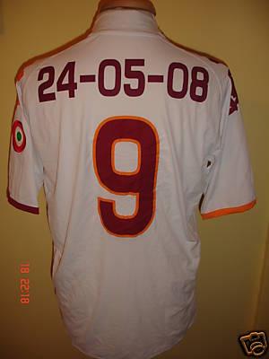 La maglia ustata da Totti per i                           festeggiamenti: è l'anteprima di quella del                           2008/09